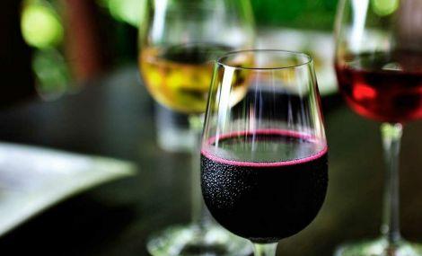 Кілька причин випити келих вина