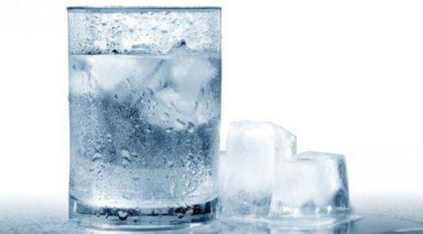 Не варто пити холодну воду під час їжі