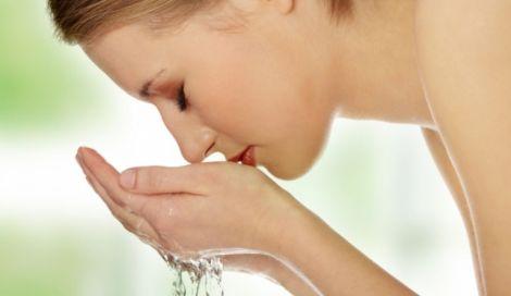 Зволожена і розм'якшення шкіра стає більш еластичною, зморшки помітно розгладжуються.