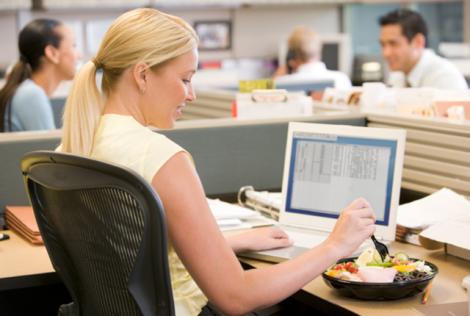 Перекуси за робочим столом знижують продуктивність праці