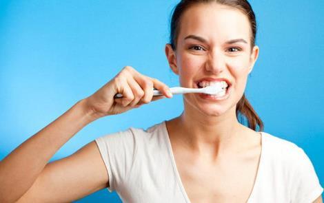 5 помилок у чищенні зубів, через які у вас жовтий наліт