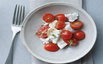Салат з фети та помідорів черрі - чудовий варіант літнього перекусу