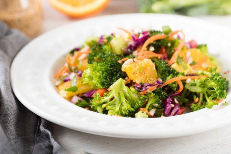 Хрусткий салат з броколі та яблук