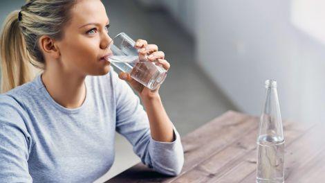 Сім позитивних ефектів від вживання води натщесерце вранці