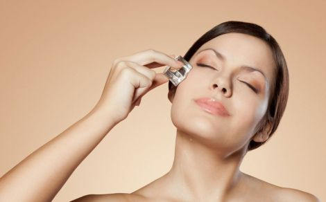 Вмивання льодом тонізує шкіру обличчя