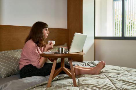 Чому небезпечно працювати з ноутбуком в ліжку?
