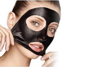 маска з активованого вугілля ефективно очистить шкіру