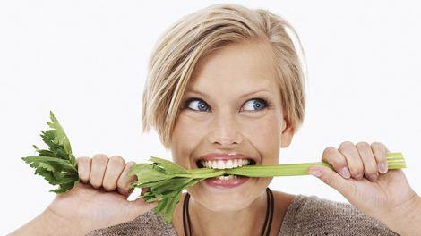 Дієтолог розкрила список здатних відбілити зуби продуктів