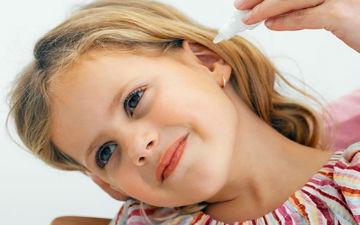 Для зменшення болю можна прикласти до вуха теплу тканину або закапати краплі