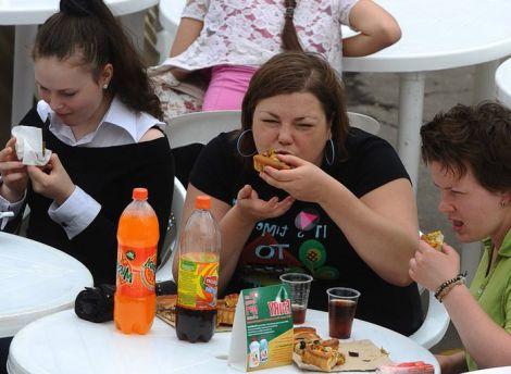 Жінка страждає від харчової залежності