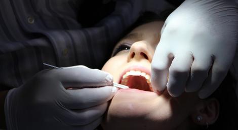 Ріст волосся в роті пацієнтки