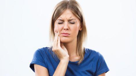 М'ятний чай, часник, екстракт ванілі: як зняти зубний біль удома