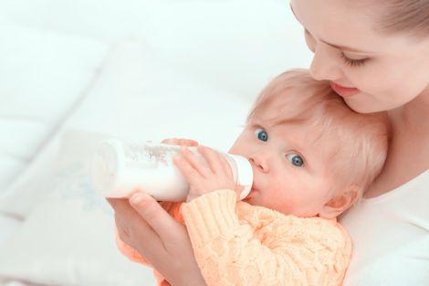 Чому небезпечно годувати дитину через пляшечку?