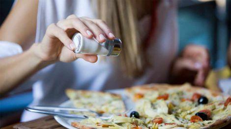 Чому потрібно вживати менше солі?