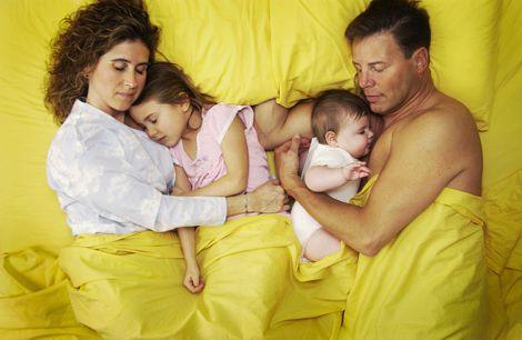 Батькам рекомендують спати поруч з дітьми частіше
