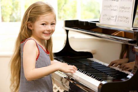 Гра на фортепіано позитивно впливає на дітей