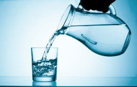 Як склянка теплої води з ранку допомагає схуднути