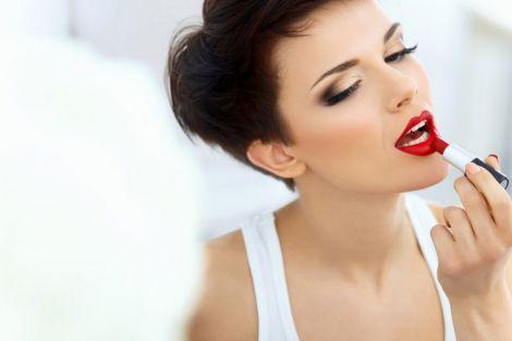 Яскравий макіяж візуально омолоджує жінку