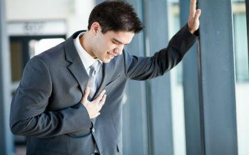 Які причини болі в грудях