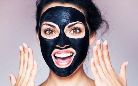 Чорна маска для обличчя
