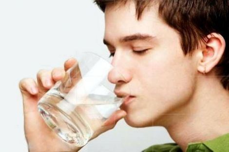Один із способів подолання гикавки: випийте води.