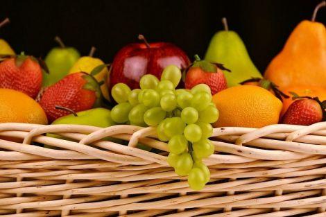 Чому не варто їсти фрукти перед сном