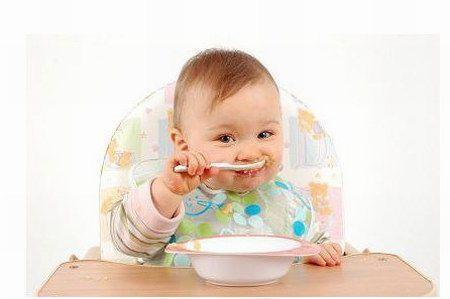 Коли навчати дитину їсти самостійно