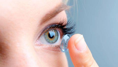 Британка втратила зір через контактні лінзи