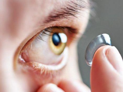 Чому в контактні лінзи додають золото?