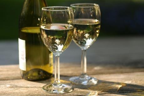 Чому жінкам не варто пити біле вино?