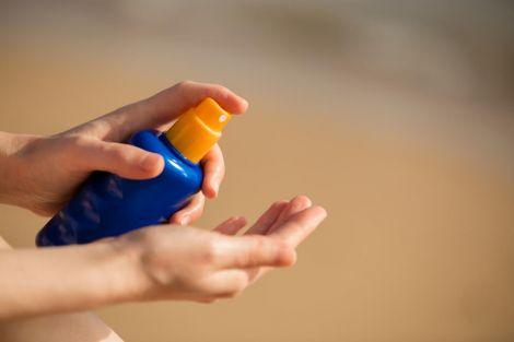 Користуватись сонцезахисним кремом потрібно не тільки влітку