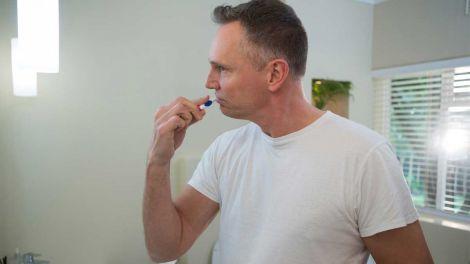 Чому не можна чистити зуби відразу після їжі, розповів стоматолог