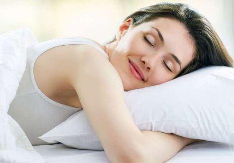 Чи шкідливо спати на животі?