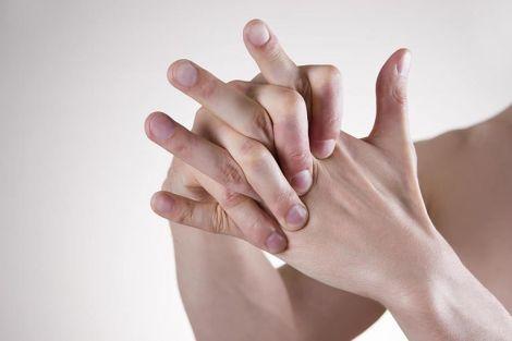 А ви часто хрустите пальцями?