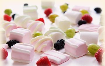 зефір та ягоди є одними з найбільш корисних солодощів