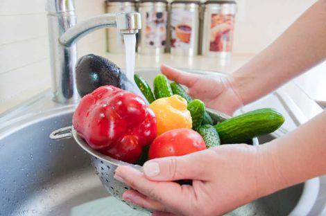 Дієтологи не рекомендують мити фрукти з милом