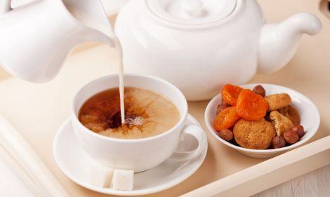 Чи корисно пити чай з молоком?