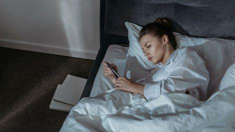 Чому шкідливо спати поруч зі смартфоном