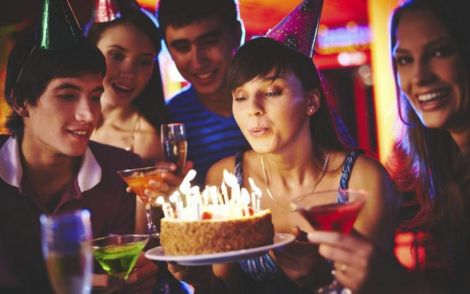Свічки на святковому торті збільшують кількість бактерій на десерті