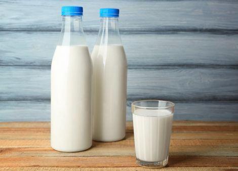 Вчені рекомендують не пити молоко у пластикових упаковках