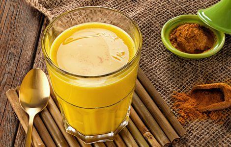 Молоко з куркумою омолоджує організм