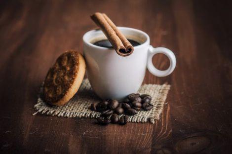 Кава з корицею та кардамоном