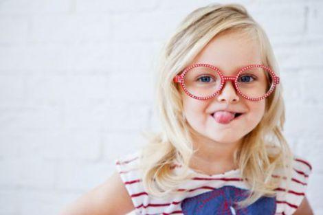 Коли дитина дуже низько нахиляється під час занять за столом, може свідчити не лише про хворі очі, а