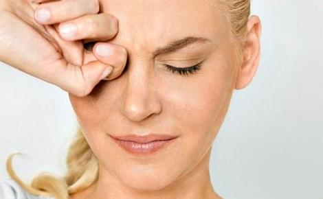 Не тріть очі а зверніться до офтальмолога