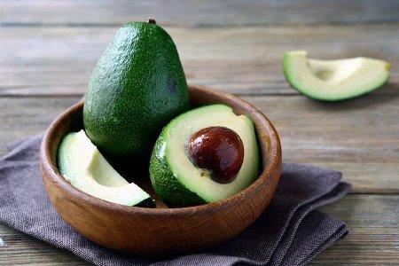 Чому не потрібно викидати кісточку авокадо
