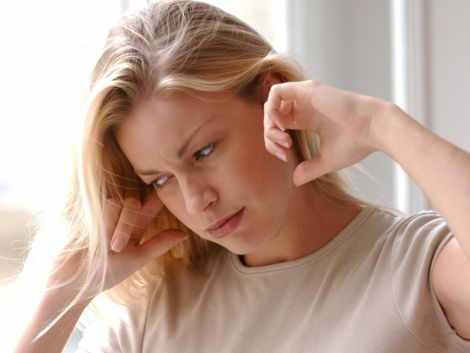 Чому дзвенить у вухах?