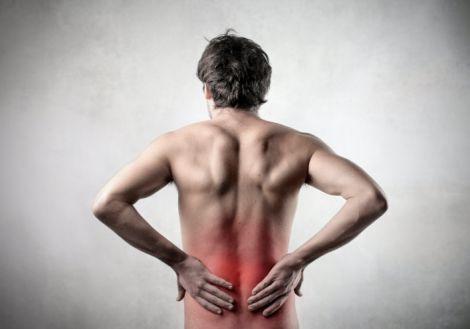 Біль в попереку може виникнути як в жінок, так і в чоловіків