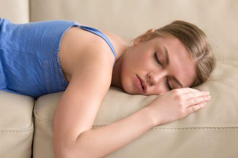Чому спати на животі шкідливо?