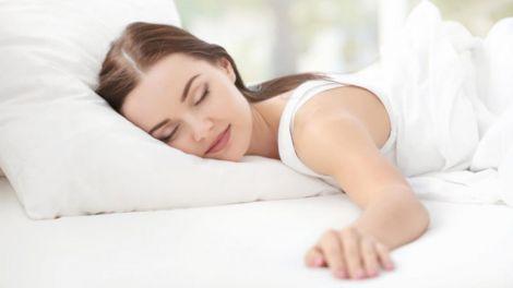 Чому спати на животі небезпечно?