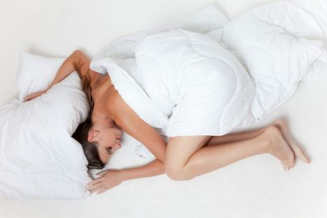 Чому ми висовуємо ногу з-під ковдри, коли спимо?